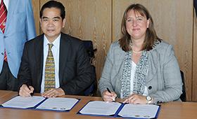 Virachai Srikajon und Birgit Thomann bei der Unterzeichnung der Kooperationsvereinbarung