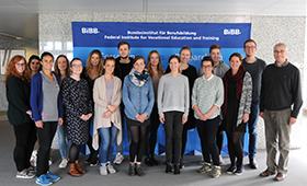 Gruppenbild: BIBB-Präsident Esser mit Kölner Studierenden