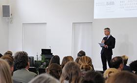 Abbildung: BIBB-Forschungsdirektor redet vor Publikum