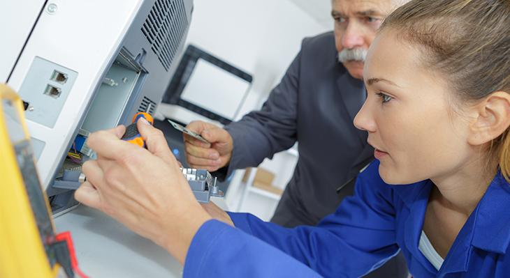 Halten die IT am Laufen: Informationselektroniker/-innen
