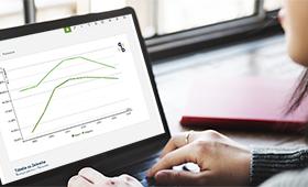 Foto: Wissenschaftlerin arbeitet am Laptop mit dem QuBe-Datenportal