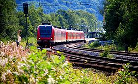 Zug verlässt den Bahnhof, Abfahrt