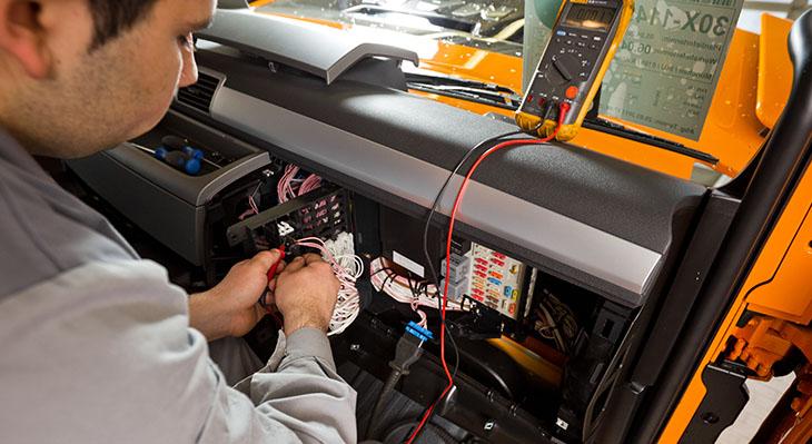 KFZ-Mechatronikerin oder KFZ-Mechatroniker ist einer der beliebtesten Ausbildungsberufe überhaupt.