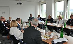 Teilnehmer eines Workshops an Konferenztisch