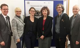 : v.l.n.r. Dr. Stephan Pfisterer (BMBF), Regina Kahle (DIE), Dr. Caroline Surmann (DLR), Dr. Gabriele Hausdorf (BMBF), Ingo Blees (DIPF), Dr. Bodo Rödel (BIBB)