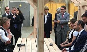 Foto: BIBB-Forschungsdirektor Prof. Dr. Hubert Ertl und der französische Premier Édouard Philippe im Gespräch mit Auszubildenden