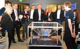 Hier präsentiert das Team der Festo AG sein Projekt der Wettbewerbsjury beim Finale auf der didacta 2017.