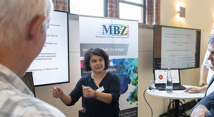 Fachgespräch auf dem Markt der Möglichkeiten - Stand des MBZ im Handwerksbildungszentrum Brackwede e.V.