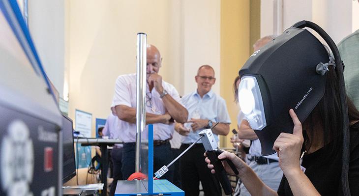 Test eines Schweißsimulators auf dem Markt der Möglichkeiten