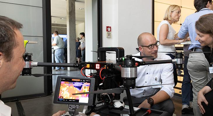Vorstellung einer Drohne auf dem Markt der Möglichkeiten