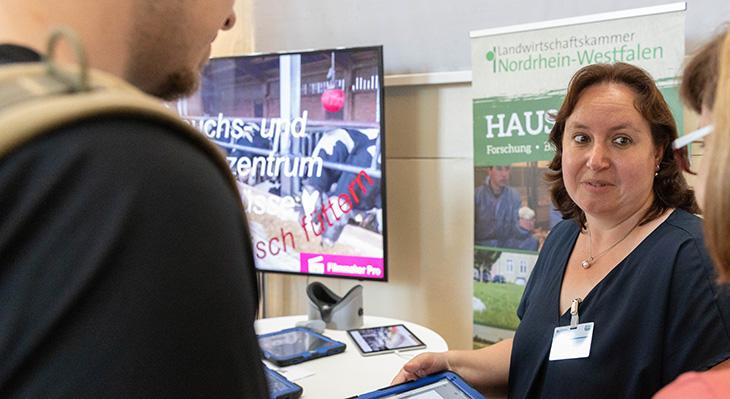 Fachgespräch auf dem Markt der Möglichkeiten - Stand der Landwirtschaftskammer Nordrhein-Westfalen, Haus Düsse