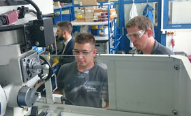Auszubildende der Manz AG aus dem Stammhaus in Reutlingen erarbeiten mit ihren slowakischen Kollegen ein Roboterprojekt.