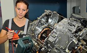 Mechatronik-Azubi an Motor