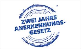 """Illustration: Stempel mit Aufschrift """"zwei Jahre Anerkennungsgesetz"""""""