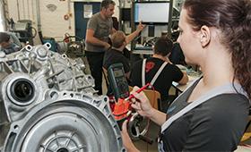 Mechatronikerin im Ausbildungsbetrieb
