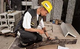 Werksteinhersteller bei der Arbeit