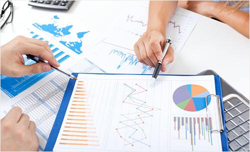 Illustration: Diagramm-Charts auf einem Tisch werden diskutiert