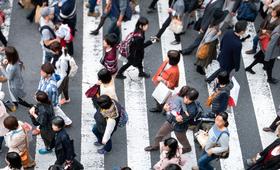 Menschenmenge auf Zebrastreifen