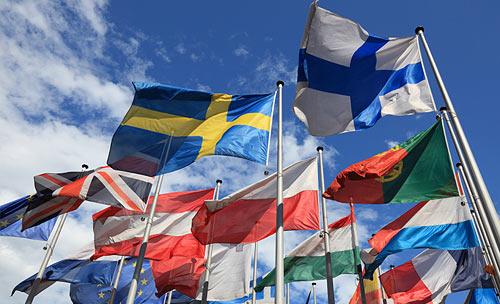Verschiedene Fahnen der EU-Länder wehen im Wind