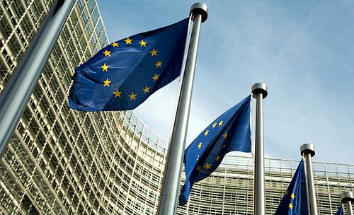 EU-Flaggen wehen vor einem Büro-Gebäude